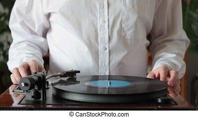 commencer, tourne-disque, poser, chemise blanche, homme, retro, bas, stylus, écouter, musique