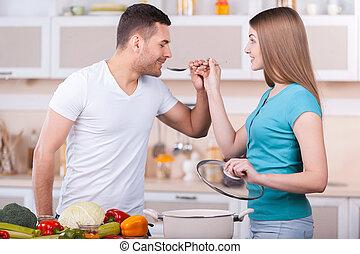 comment, femme, alimentation, petit ami, soupe, jeune, tastes?, ensemble, debout, beau, cuisine, elle, ceci, quoique