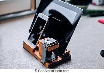 communicatie, set, met, van hout keet, smart, horloge, tablet pc, en, smart, telefoon.