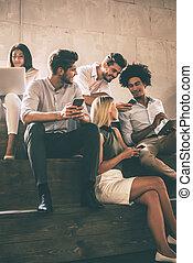 communicting, anders, groep, mensen, moderne, jonge, vrolijk, terwijl, students., stappen, vasthouden, elke, afsluiten, zittende , gadgets, anderen