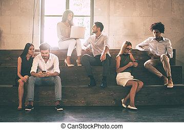 communicting, anders, groep, zittende , scholieren, mensen, jonge, vrolijk, terwijl, gadgets, stappen, vasthouden, life., afsluiten, elkaar
