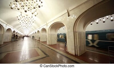 Commuters and trains on Mayakovskaya station - MOSCOW -...