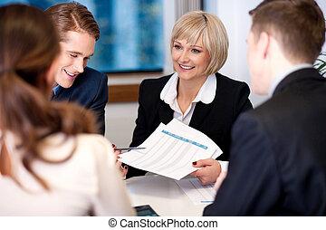 compañía, yendo, reunión, vestíbulo, discusión