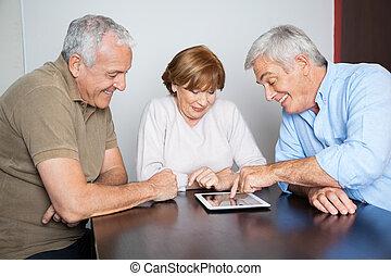 compañeros de clase, tableta, mirar, digital, escritorio, utilizar, hombre mayor