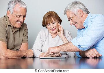 compañeros de clase, tableta, mirar, pc, escritorio, utilizar, hombre mayor