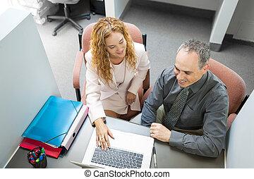 compañeros de trabajo, mirar la computadora, en, oficina