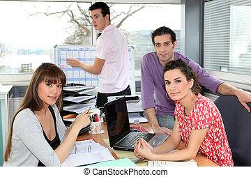 compañeros de trabajo, teniendo, un, reunión