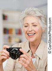 compact, vrouw, haar, fototoestel, senior, vatting, vrolijke