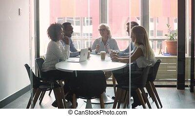 compagnie, matin, salle réunion, briefing, patron, rassemblé, personnel