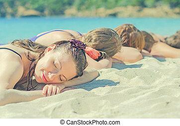 compagnie, plage., filles, bains de soleil