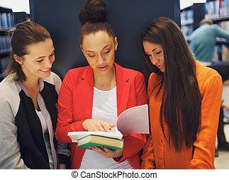 compartilhar, estudantes, jovem, livro biblioteca, femininas