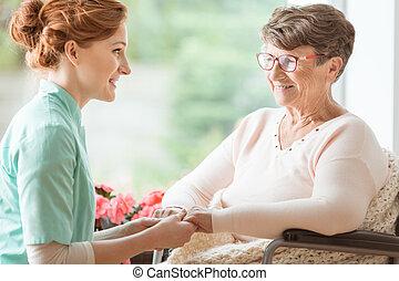 compassionevole, infermiera, spiegando, uno, geriatrico, handicappato, paziente, con, demenza, procedure mediche, mentre, presa a terra, lei, hands., vita aiutata, casa, per, pensioners., lato, vista.