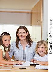 compito, bambini, porzione, madre
