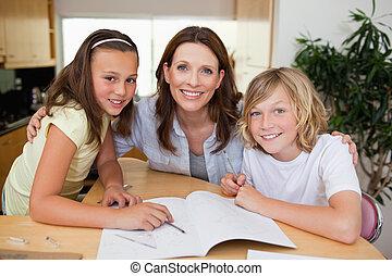 compito, lei, bambini, madre, porzione