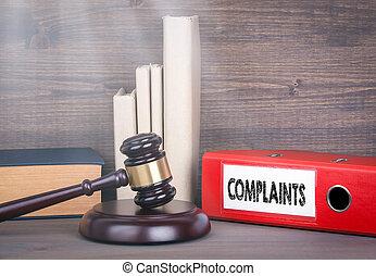 complaints., gavel bois, et, livres, dans, arrière-plan., droit & loi, et, justice, concept