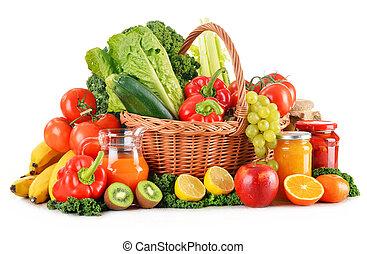 composição, com, variedade, orgânica, legumes, e, frutas, em, cesta feito vime, isolado, branco