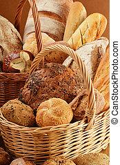 composición, con, bread, y, rollos, en, cesta de mimbre