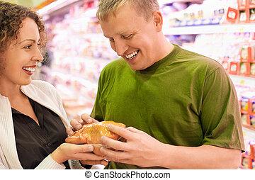 comprare, giovane, supermercato, donna, pollo, uomo sorridente