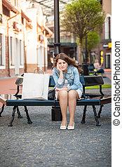 compras de mujer, sentado, banco, bolsa, papel, triste
