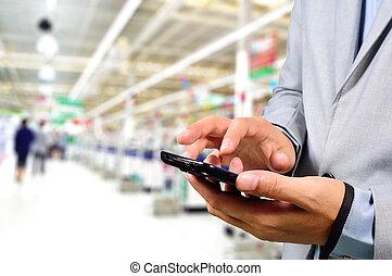 compras, empresa / negocio, móvil, supermarket., teléfono, mientras, utilizar, hombre