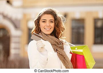 compras, hecho, easy!, hermoso, mujeres jóvenes, tenencia, un, tarjeta de crédito, en, uno, mano, y, el, bolsas de compras, en, otro, uno