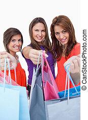 compras, mostrando, adolescentes, seu, enquanto, câmera, frente, sorrindo