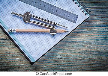 comprobado, bloc, regla del metal, compás de dibujo, lápiz, en, vendimia, wo