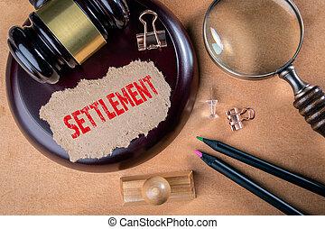 compromis, settlement., verre, magnifier, tribunal, avocats, litige, lois, marteau, concept., bois