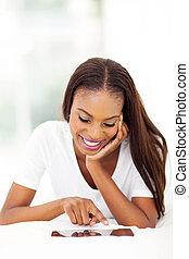compter, femme, tablette, utilisation, américain, africaine, maison