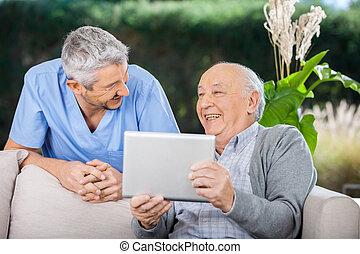 comput, tablet, huisbewaarder, terwijl, lachen, gebruik, ...