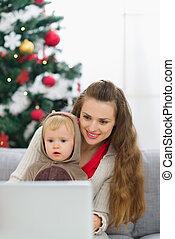 computador portatil, árbol, madre, bebé, utilizar, navidad