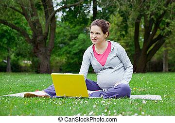 computador portatil, mujer, embarazada