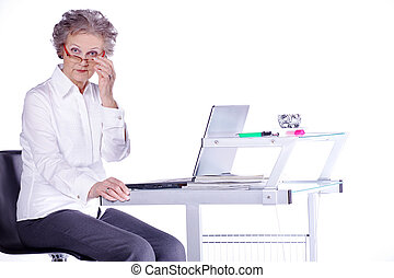 computador portatil, mujer, viejo, piensa