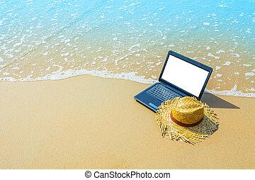 computador portatil, o, computadora, cuaderno, en, mar, playa, y, onda, -, viajar de la corporación mercantil, plano de fondo, con, vacío, pantalla blanca, ruta de recorte