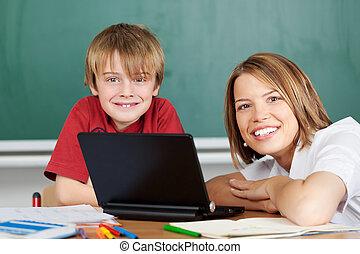 computador portatil, profesor, estudiante