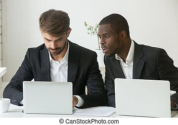 computador portatil, sorprendido, mirar, caucasia, africano...