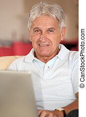 computadora de computadora portátil, primer plano, hogar, hombre mayor