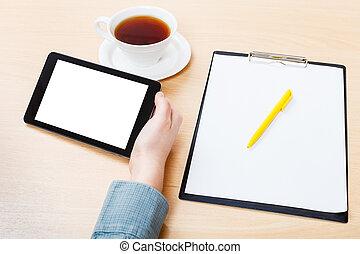 computadora personal tableta, con, recorte, pantalla, en, escritorio de oficina