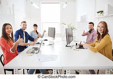 computadores, cima, mostrando, equipe, criativo, polegares