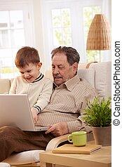 computer casa, nonno, usando