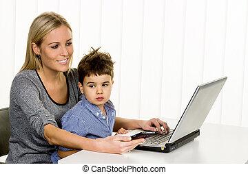 computer, moeder, zoon