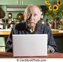 computer portatile, uomo senior