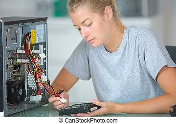 computer technicus, werkend aan computer