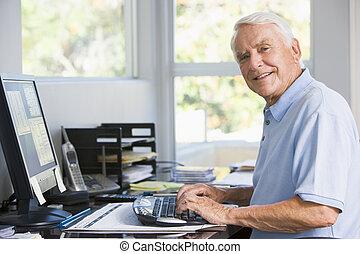 computerarbeitsplatz, daheim, gebrauchend, lächelnden mann