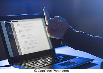 computerkraker, middelbare , het tonen, draagbare computer, vinger