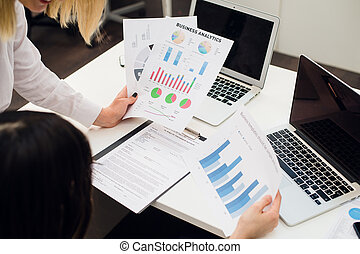 computers., handlowy, laptop, nowoczesny, do góry, analiza, strategia, wykresy, analizując, dochód, drużyna, zamknięcie, concept.