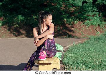 conceito, de, desporto, e, estilo vida, -, mulher jovem, ter um descanso, após, tocando, esportes, sorrindo, sentando, ligado, um, banco, ao ar livre