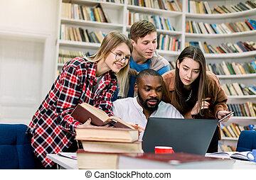 conceito, internet, alegre, procurar, aprendizagem, biblioteca, quatro, preparar, laptop, information., estudar, usando, exames, multiracial, estudantes, junto, educação