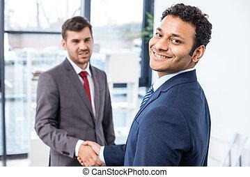 conceito, negócio, agitação, escritório, homens negócios, mãos, reunião