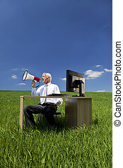conceito negócio, homem, usando, megafone, em, um, campo verde